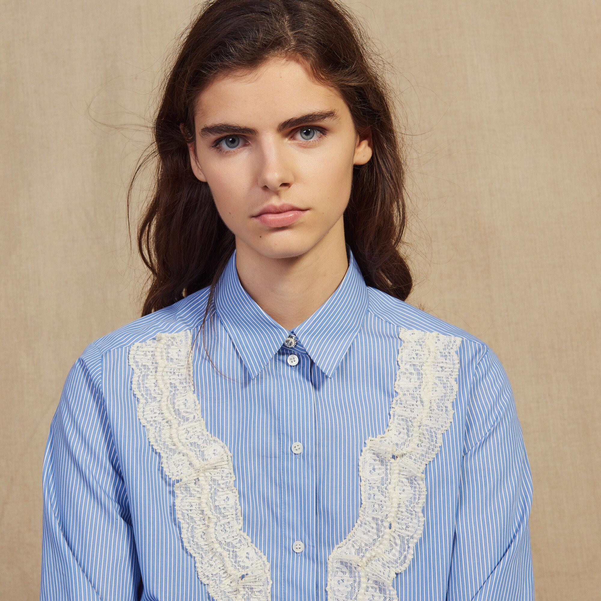 Chemise à fines rayures avec dentelle